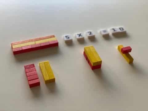 Multiplier 5 par 2 avec les réglettes Cuisenaire